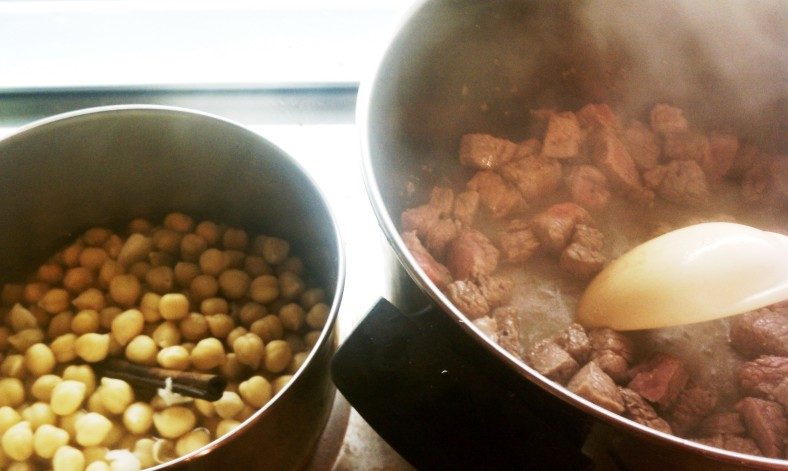 Chickpeas and beef cooking